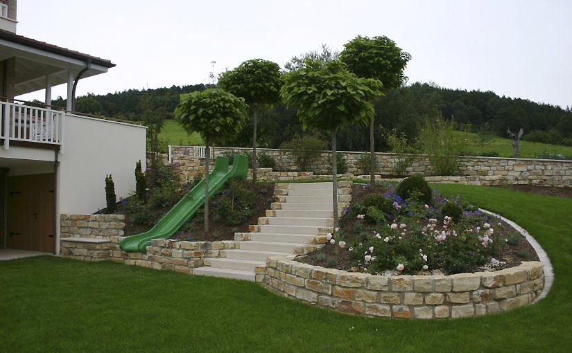 Weitläufiger Familiengarten | Gartenbild Grundstücksmauer Naturstein Blumenbeet Stauden Koniferen | Planungsbüro Blum - Scherer, Bruchköbel