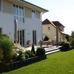 Terrasse, Beetbepflanzung und Rasenfläche, Beeteinfassung Naturstein. Neugestaltung Garten im MKK von Blum Scherer, Bruchköbel.