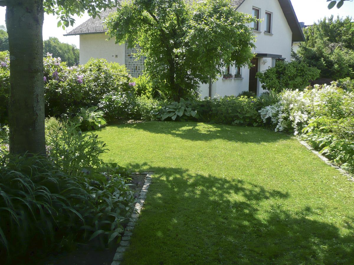 Umgestaltung Cottage Style Garten im Westerwald. Als Randbepflanzung blühende Staudenbeete. Gartenplanung Blum und Scherer.