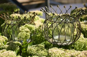 Gartendekoration | Gartenlicht aus Metall | Fetthenne | Moderner Familiengarten in Bruchköbel | Neugestaltung Planungsbüro Blum - Scherer