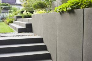 Treppe in Grau in modernem Garten