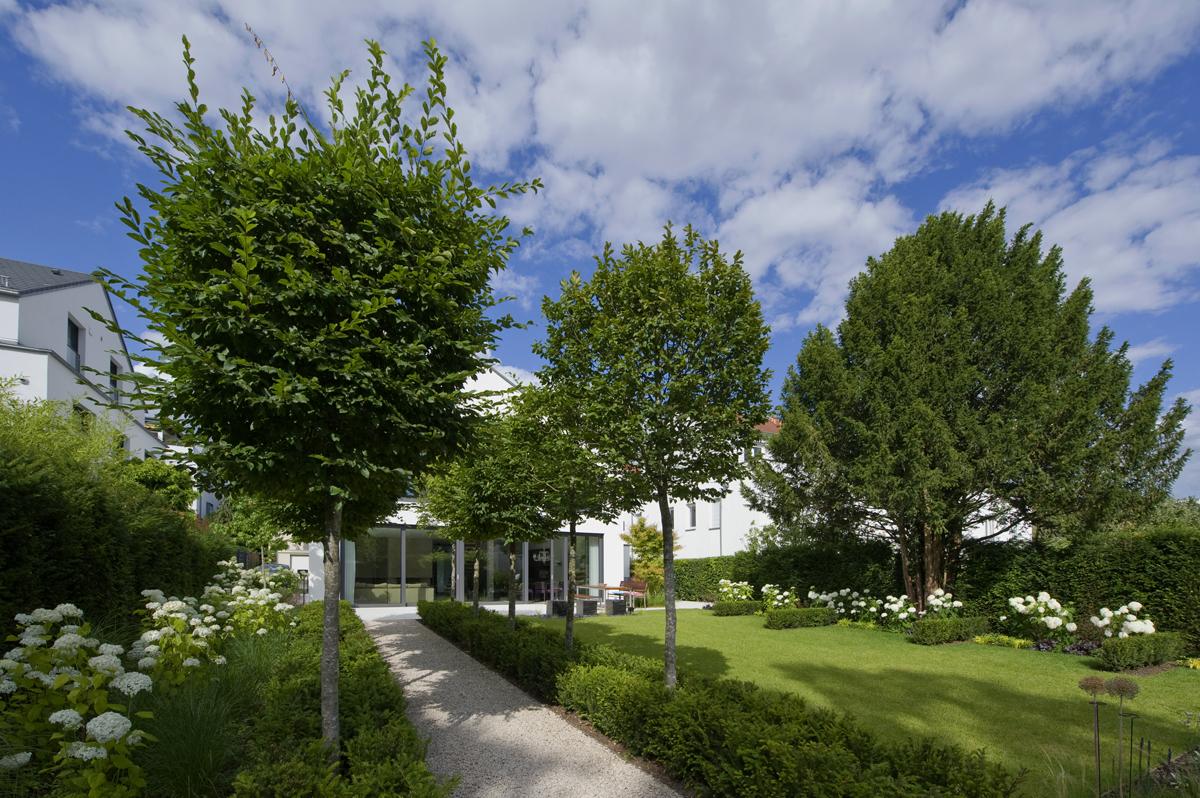 Ansicht Garten mit Baumbestand, Beetbepflanzung und Rasenfläche