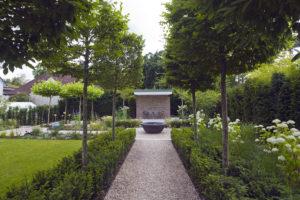 Allee an Gartenweg zum Wasserbecken und modernem Gartenhaus