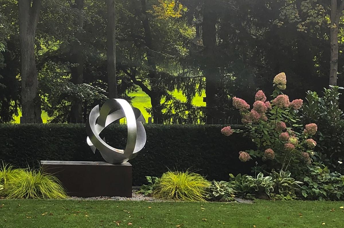 Kunst im Garten | Skulptur aus Edelstahl in Staudenbeet