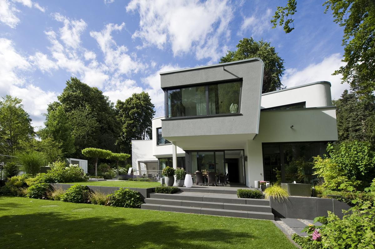 Moderne Architektur und Garten auf unterschiedlichen Höhen