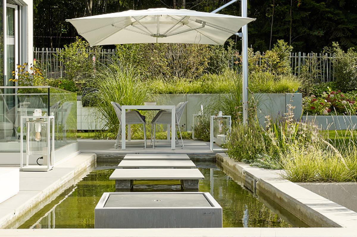 Gartendesign | Moderner Garten | Wasserbecken mit Wasserspiel und Trittplatten
